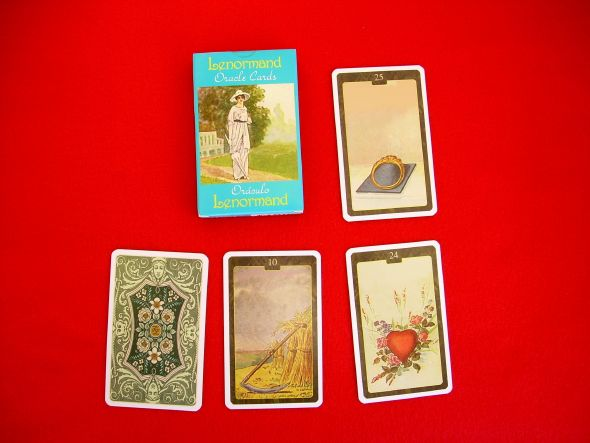The oracle Lenormand, this game of 1840 represents 36 cards, the meanings must be adapted to the various situations: love, health, work, family, money, friends