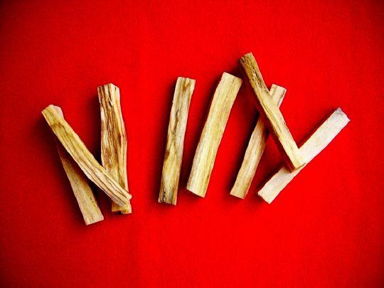 ce bois permet de purifier les habitations, de chasser les pensées négatives et les mauvais esprits