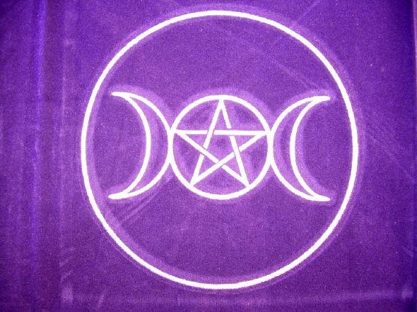 tapis en velours , symbole ésotérique Cercle païen brodé au fil blanc satiné au centre , nos voyantes et nos voyants qui aiment le paganisme seront heureux d' utiliser ce tapis lors de leur consultations de voyance