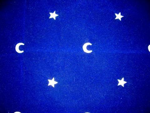 ce joli tapis bleu  en velours brodé avec ce symbole lune et étoiles isolera les cartes des énergies terrestres et aidera la voyante qui tire les cartes à élever son esprit , à avoir des messages de l'au-delà