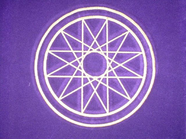 tapis en velours violet avec une bordure en satin , symbole ésotérique Mercure brodé couleur or , accessoire indispensable pour vos séances de divination , le tapis isole les cartes des énergies terrestres et aide le voyant à élever son esprit