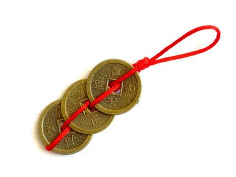 le talisman du bonheur , symbole chinois très puissant , de paix , d'amour , d'argent et de santé ,  ces pièces de monnaie devraient être placées au-dessus de vos dossiers de travail importants pour apporter la prospérité et la bonne fortune